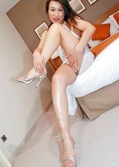 Korean shemale Jun shows off her sexy legs and feet